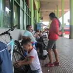 IMG_4228..nell'attesa del autobus per Ciuda del este un meccanico mi controlla la bici
